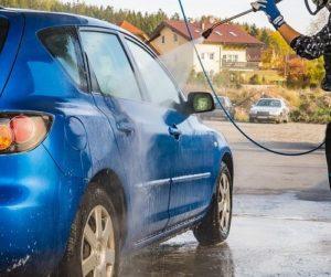 Vor dem Polieren mit einer poliermaschine sollten Sie Ihr Auto waschen.
